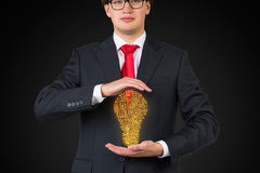 Homem de negócios que guarda o labirinto imagens de stock
