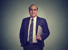 Homem de negócios que guarda o laptop em sua mão imagem de stock royalty free
