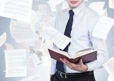 Homem de negócios que guarda o livro Fotografia de Stock