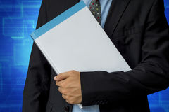 Homem de negócios que guarda o livro vazio com trajeto de grampeamento Fotografia de Stock Royalty Free