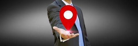 Homem de negócios que guarda o mapa digital em suas mãos Foto de Stock Royalty Free