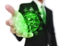 Homem de negócios que guarda o mundo verde com árvores, recurso sustentável do negócio e conceito ambiental, no fundo branco elem imagens de stock royalty free