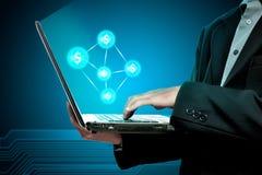 Homem de negócios que guarda o portátil com rede do dinheiro Imagens de Stock Royalty Free