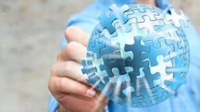 Homem de negócios que guarda o rendering' da esfera '3D do enigma do voo Foto de Stock Royalty Free