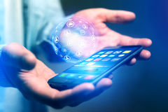 Homem de negócios que guarda o smartphone com o hologra da esfera do globo da rede Imagens de Stock