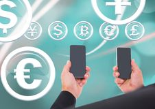 Homem de negócios que guarda o telefone e os ícones de vidro do círculo da moeda Fotografia de Stock Royalty Free