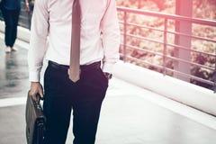 Homem de negócios que guarda a pasta que vai trabalhar Foto de Stock Royalty Free
