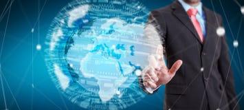 Homem de negócios que guarda a rede global na rendição da terra 3D do planeta Imagem de Stock