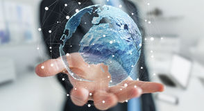 Homem de negócios que guarda a rede global na rendição da terra 3D do planeta Imagem de Stock Royalty Free