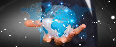 Homem de negócios que guarda a rede global na rendição da terra 3D do planeta Imagens de Stock Royalty Free