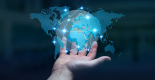 Homem de negócios que guarda a rede global na rendição da terra 3D do planeta Imagens de Stock