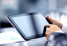 Homem de negócios que guarda a tabuleta digital Imagens de Stock