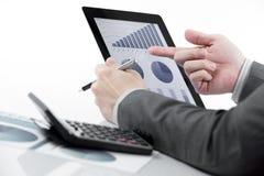 Homem de negócios que guarda a tabuleta digital Fotos de Stock Royalty Free