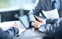 Homem de negócios que guarda a tabuleta digital Fotografia de Stock