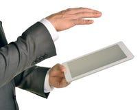 Homem de negócios que guarda a tabuleta digital, close up Fotos de Stock