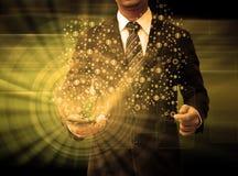 Homem de negócios que guarda a tecnologia do smartphone e meios sociais Fotografia de Stock
