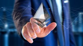 Homem de negócios que guarda um aroun cripto do voo do sinal de moeda de Ethereum Fotos de Stock