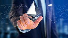 Homem de negócios que guarda um aroun cripto do voo do sinal de moeda de Ethereum Imagens de Stock Royalty Free