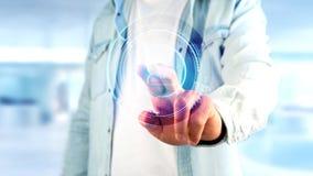 Homem de negócios que guarda um botão de contato technologic da rede do Shinny Imagem de Stock Royalty Free