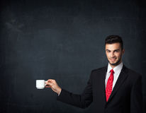 Homem de negócios que guarda um copo branco Foto de Stock Royalty Free