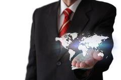 Homem de negócios que guarda um mapa do mundo Fotos de Stock Royalty Free