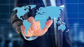 Homem de negócios que guarda um mapa do mundo conectado em um interf futurista Fotos de Stock