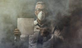 Homem de negócios que guarda um sinal e uma poluição do ar Fotos de Stock