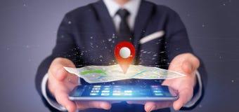 Homem de negócios que guarda um suporte do pino da rendição 3d em um mapa Foto de Stock