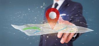 Homem de negócios que guarda um suporte do pino da rendição 3d em um mapa Imagens de Stock Royalty Free
