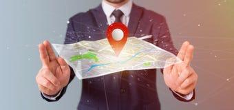 Homem de negócios que guarda um suporte do pino da rendição 3d em um mapa Fotografia de Stock