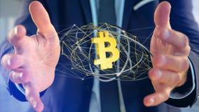 Homem de negócios que guarda um voo cripto do sinal de moeda de Bitcoin ao redor Fotos de Stock