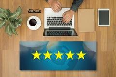Homem de negócios que guarda uma avaliação de cinco estrelas, revisão, avaliação do aumento ou Imagens de Stock Royalty Free