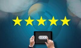 Homem de negócios que guarda uma avaliação de cinco estrelas, revisão, avaliação do aumento ou Imagens de Stock