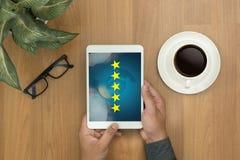 Homem de negócios que guarda uma avaliação de cinco estrelas, revisão, avaliação do aumento ou Fotos de Stock