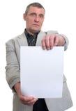 Homem de negócios que guarda uma folha branca nas mãos Fotos de Stock Royalty Free