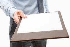Homem de negócios que guarda uma prancheta com a folha de papel vazia Fotos de Stock