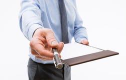Homem de negócios que guarda uma prancheta com a folha de papel vazia e o PR Foto de Stock Royalty Free
