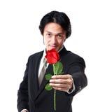 Homem de negócios que guarda uma rosa, 40 anos atrativos do homem idoso do asion sobre Fotografia de Stock