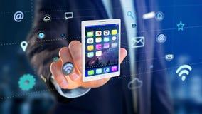 Homem de negócios que guarda uma tabuleta que cerca pelo app e pelo ícone social Foto de Stock Royalty Free