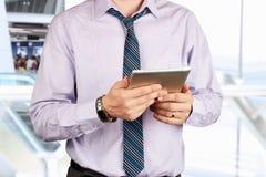 Homem de negócios que guarda uma tabuleta digital Fotografia de Stock Royalty Free