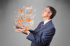 Homem de negócios que guardara o caderno com gráficos e estatísticas Fotografia de Stock