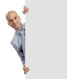 Homem de negócios que guardara o cartaz vazio Imagem de Stock Royalty Free