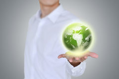 Homem de negócios que guardara o globo Terra no backgorund das mãos? criado no picosegundo? Conceito da ecologia fotos de stock royalty free