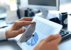Homem de negócios que guardara a tabuleta digital Foto de Stock Royalty Free