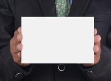 Homem de negócios que guardara um cartão Imagens de Stock Royalty Free