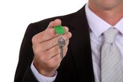 Homem de negócios que guardara uma chave fotos de stock