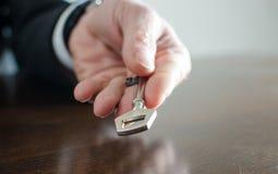 Homem de negócios que guardara uma chave Fotografia de Stock Royalty Free