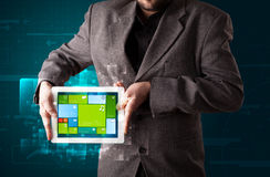 Homem de negócios que guardara uma tabuleta com o sy operacional do software moderno Imagens de Stock