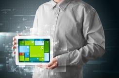 Homem de negócios que guardara uma tabuleta com o sy operacional do software moderno Fotos de Stock Royalty Free