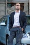 Homem de negócios que inclina-se no carro Imagem de Stock Royalty Free